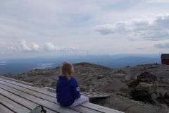 Freja nyder udsigten fra toppen af Åreskutan